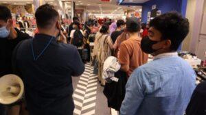 Master Panakkukang Andi Pangeran menghimbau pengunjung Mal Panakkukang Makassar tetap disiplin protokol kesehatan, Sabtu 1 Mei 2021 / [SuaraSulsel.id).