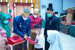 Bupati Pangkep Muhammad Yusran Lalogau (tegah) memberikan bingkisan kepada siswa di Hari Pendidikan Nasional 2021.(Ist).